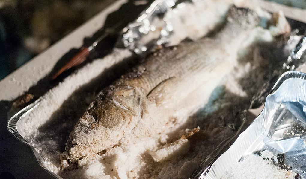 Pesce al forno sotto sale cucinare a fuoco vivo for Cucinare dentice